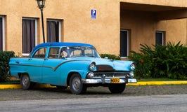 Klasyczny samochód parkujący samotnie na ulicie Fotografia Royalty Free