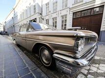 Klasyczny samochód parkujący na ulicie Zdjęcia Royalty Free
