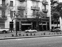 Klasyczny samochód przed historycznym budynkiem Obrazy Royalty Free
