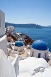 Klasyczny Santorini - błękita Dachowy kościół, Biały obmycie Izoluje Grecja Obraz Royalty Free