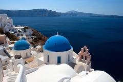 Klasyczny Santorini - błękita Dachowy kościół, Biały obmycie Izoluje Grecja Obraz Stock