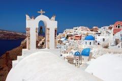 Klasyczny Santorini - błękita Dachowy kościół, Biały obmycie Izoluje Grecja Zdjęcie Stock