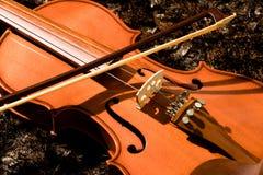 Klasyczny skrzypce i łęk na ciemnym tle zdjęcia stock