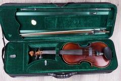 Klasyczny skrzypce kłama w walizce zdjęcie stock