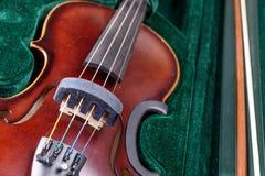 Klasyczny skrzypce k?ama w walizce zdjęcia royalty free