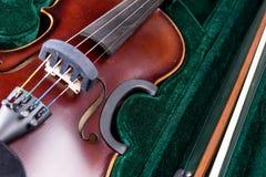 Klasyczny skrzypce k?ama w walizce obraz royalty free