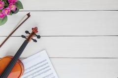 Klasyczny skrzypce z muzycznym notatki prześcieradłem zdjęcia royalty free