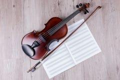 Klasyczny skrzypce z pustą muzycznego prześcieradła książką Studio strzelaj?cy stary skrzypce zdjęcia stock