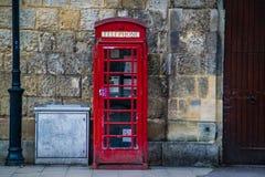 Klasyczny Stary Brytyjski Zaniechany Czerwony Telefoniczny budka obraz royalty free