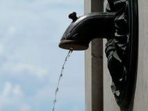 Klasyczny stylowy mosiężny wodny spout pod niebieskim niebem zdjęcia royalty free