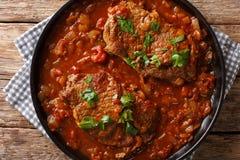 Klasyczny Szwajcarski stek smażący i wolno gotujący w fragrant pomidorze zdjęcia stock