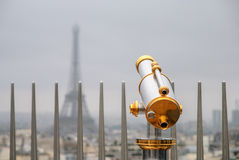 Klasyczny teleskop nad Paryskim niebem Obraz Stock