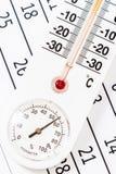 Klasyczny termometru obsiadanie na kalendarzu Obraz Stock