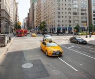 Klasyczny uliczny widok żółte taksówki w Nowy Jork mieście Zdjęcie Royalty Free