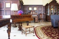 Klasyczny uroczysty pianino Królewski pianino w sala wnętrzu Obrazy Stock