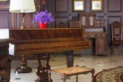 Klasyczny uroczysty pianino Królewski pianino w sala wnętrzu Zdjęcie Royalty Free