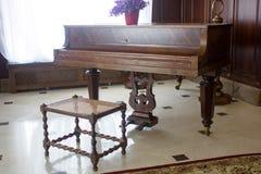 Klasyczny uroczysty pianino Królewski pianino w sala wnętrzu Zdjęcia Stock