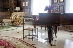 Klasyczny uroczysty pianino Królewski pianino w sala wnętrzu Zdjęcia Royalty Free