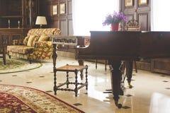 Klasyczny uroczysty pianino Królewski pianino w sala wnętrzu Zdjęcie Stock