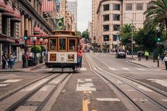 Klasyczny wagon kolei linowej lub tramwaj na ulicach San Fransisco fotografia royalty free