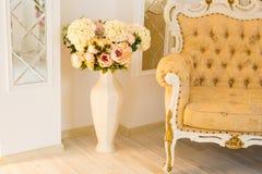 Klasyczny wnętrze Żywy pokój Z kanapą I Dużą wazą Fotografia Royalty Free