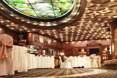 Klasyczny wnętrze restauracja zrobi mahoń Zdjęcia Stock