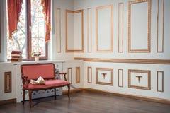 Klasyczny wnętrze z barocco leżanką Obraz Royalty Free