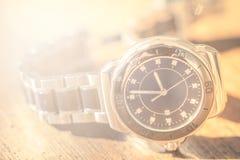Klasyczny wristwatch na drewnie fotografia royalty free
