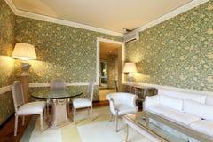 klasyczny wygodny żywy pokój Zdjęcia Royalty Free