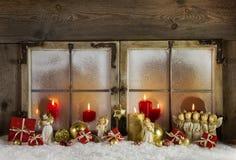 Klasycznych bożych narodzeń drewniana nadokienna dekoracja z czerwonymi świeczkami Obraz Stock