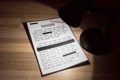Klasyfikujący i ściśle tajny dossier z redakcjami w świetle reflektorów - zakończenie up fotografia royalty free
