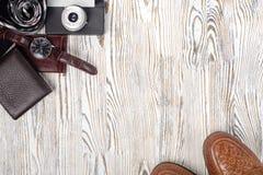 Klasyków mężczyzna ` s butów smartphone zegarka krawata kiesy stylowa kamera Fotografia Royalty Free