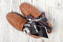 Klasyków mężczyzna ` s butów smartphone zegarka krawata kiesy stylowa kamera Obraz Royalty Free