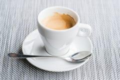 Klasyk dwoista kawa espresso na stole obrazy royalty free