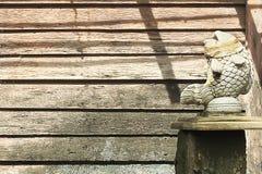 Klasyk ryba rzeźba z starym drewnianym deski ściany tłem obraz stock