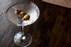 Klasyk Suchy Martini z oliwkami fotografia stock
