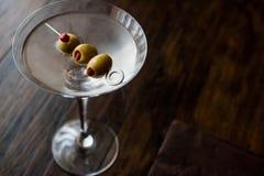 Klasyk Suchy Martini z oliwkami zdjęcia stock