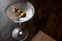 Klasyk Suchy Martini z oliwkami zdjęcia royalty free