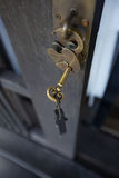 Klasyka klucz na drewnianym drzwi Obraz Royalty Free