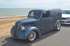 Klasyka popielaty samochód dostawczy na Felixstowe nadbrzeżu Obrazy Stock