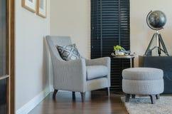 Klasyka stylu krzesło i round ławka z czarną zasłoną Fotografia Stock