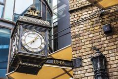 Klasyka zegar w Camden rynku w Londyn, Anglia, Zlany Kingdo fotografia stock