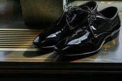 Klasyki lacquered czerń buty obrazy stock