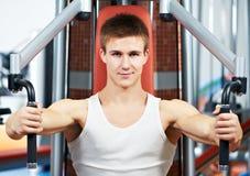 klatki piersiowej ćwiczeń maszyny mężczyzna napierśnika pozytyw obraz royalty free