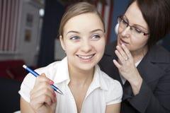 Klatsch mit zwei Frauen bei der Arbeit stockbilder