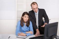 Klatsch und Belästigung unter Geschäftsleuten auf Arbeitsplatz - criti Lizenzfreie Stockbilder