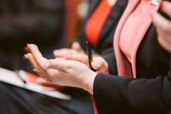Klatschende applaudierende Hände der Geschäftsfrau Lizenzfreies Stockfoto