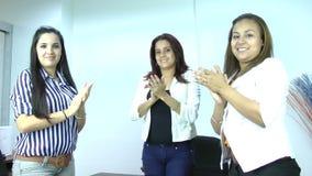 Klatschende Hände des Geschäftsteams Sitzungs- und Geschäftskonzept stock video