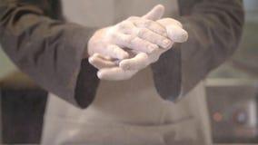 Klatschende Hände des unerkennbaren Chefs umfasst im Mehl stock video footage