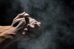Klatschende Hände mit Magnesiumoxydpulver stockfotos